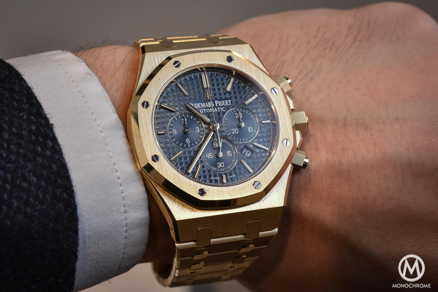 Sihh 2016 yellow gold comes back hands on with the audemars piguet royal oak chronograph for Audemars watches