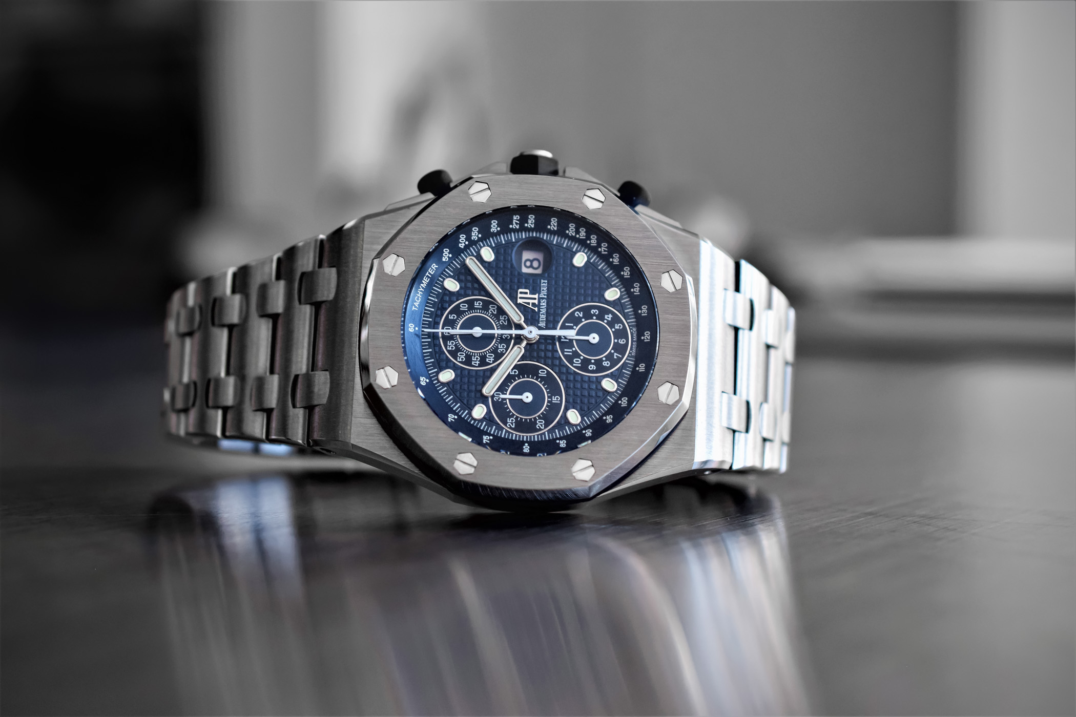 On this royal oak offshore re edition ref 26237st we have the same 42mm cushion shaped stainless steel case with the same design and the same finishing
